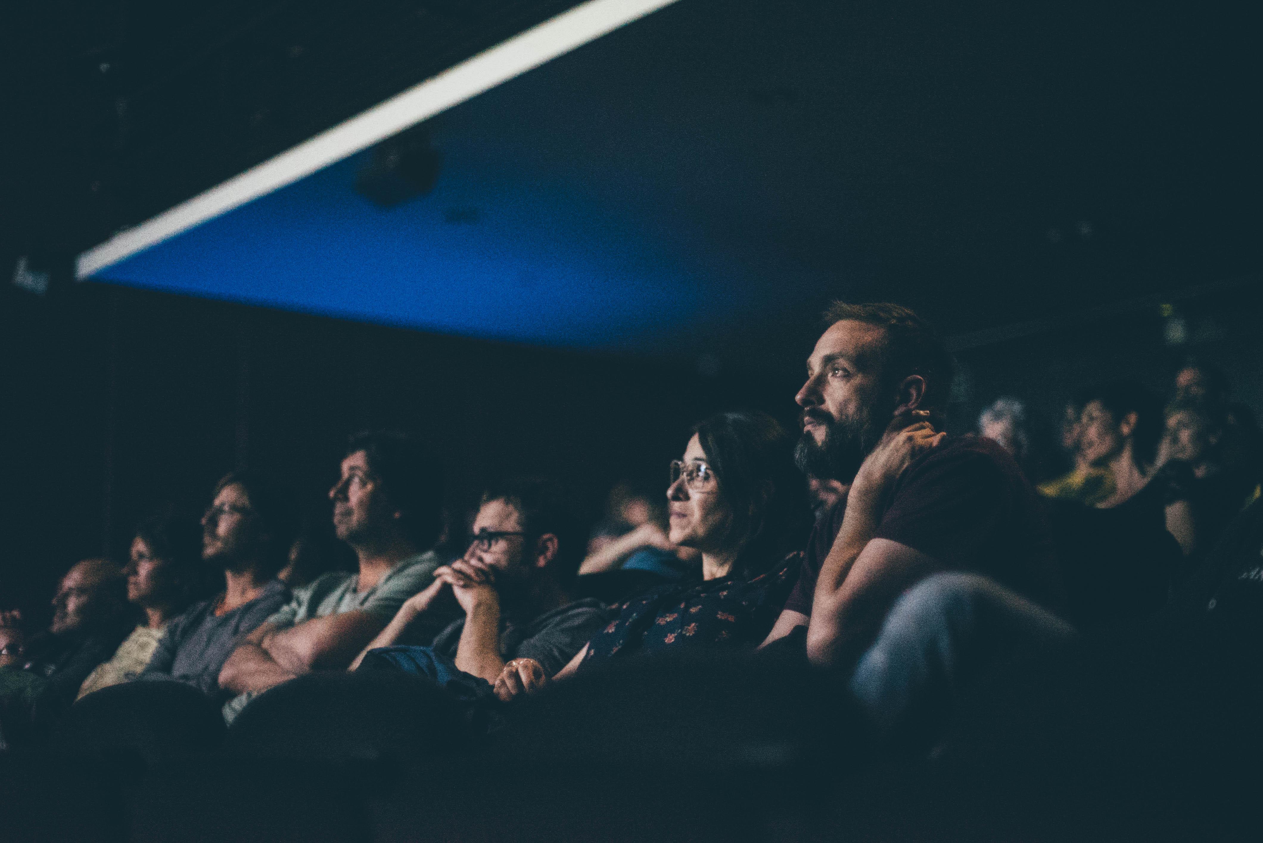 Público viendo un documental en el cine.
