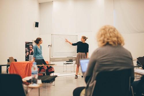 Dos participantes explicando su proyecto en un taller.