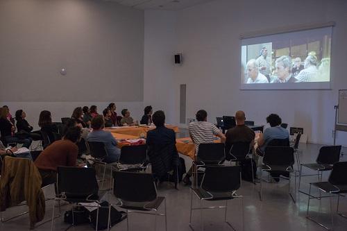 Alumnos de un taller visionando una película.